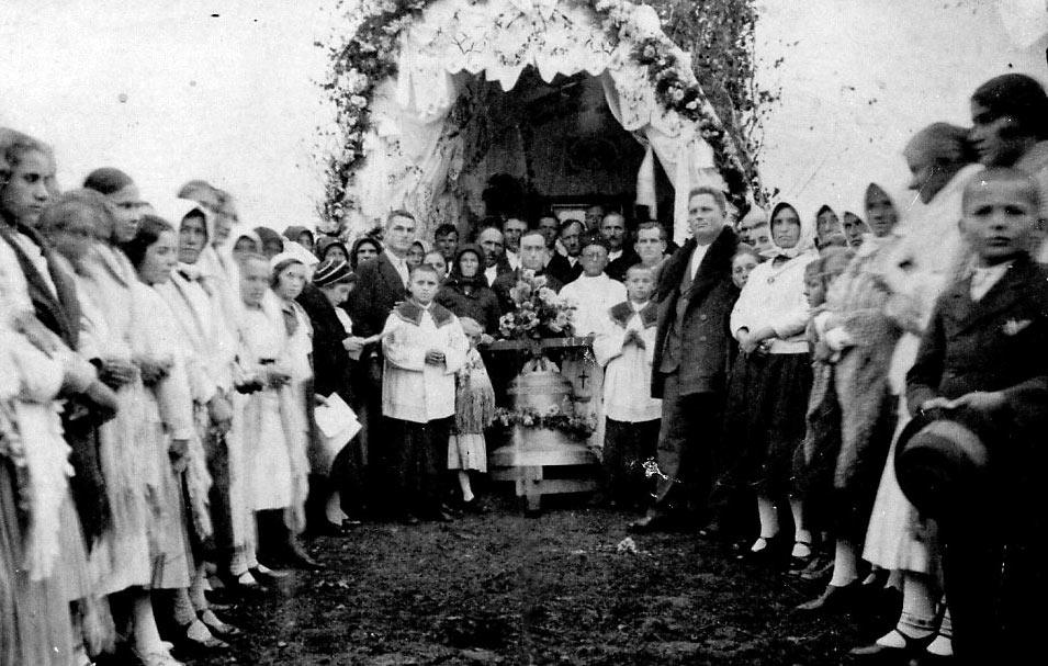 Prvo posvećenje zvona na novoosnovanom mjesnom groblju u Jabučeti mještana Babotoka, Jabučete i Donjih Zdjelica 1926. godine